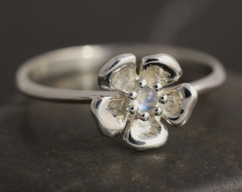 SALE: 50% off original price - Moonstone flower Ring in Sterling Silver - Size 5 1/2