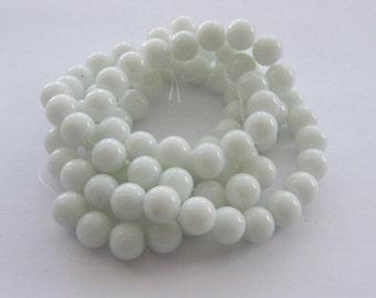 83 White round glass beads B136