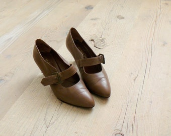 Vintage 1980s shoes. Mary jane shoes. 80s Italian brown strappy heels