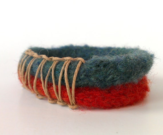 Felted 2-ring bracelet with hemp detail in orange and teal