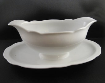 Schirnding Porcelain Solid White Gravy Boat With Attached Plate