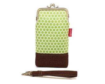 Calming green honeycomb smartphone kisslock sleeve