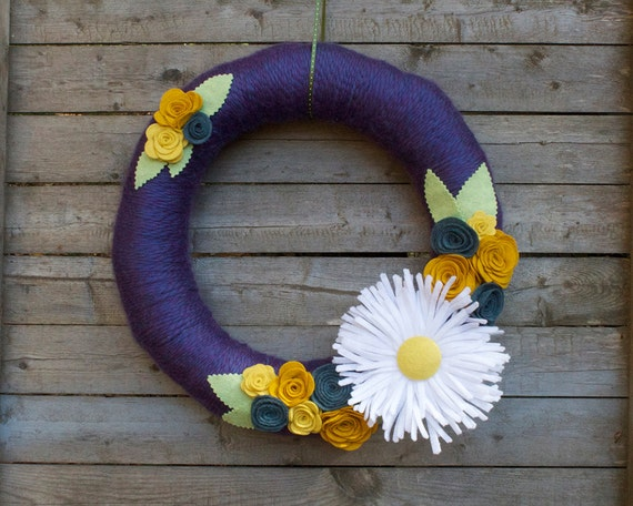 "14"" Yarn Wreath with Giant Felt Daisy and Roses"