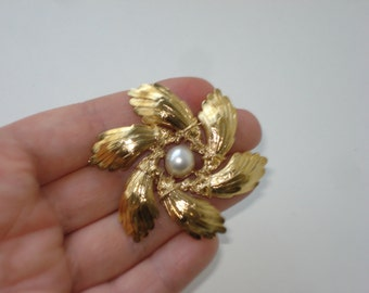 Vintage Pearl Flower Pin - Gold Tone Floral Brooch - Costume Jewelry  1960s 3638