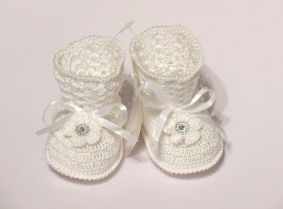 Christening baby booties, Baby gift. Crocheted baby booties.  white booties. Crocheted baby shoes. Newborn booties.