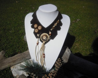 Necklace made in leather and beaded