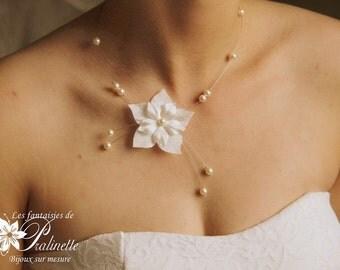 Collier de mariage fleurs en satin de soie et cristal nacré, collier pendants sur le côté, bijoux mariées - Bridal satin flower necklace