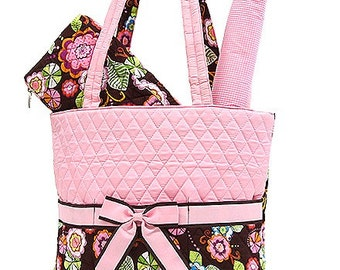Perfect for being out and about with your Baby!  This large quilted diaper bag allows space for bottles, diapers, clothes, wipes & more.