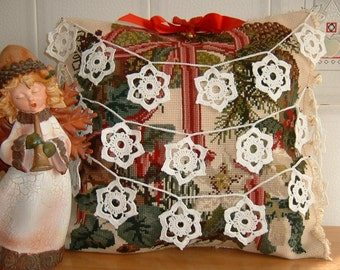 Crochet Christmas wreath with stars of white cotton. Star shaped decorations. Ideas for Christmas