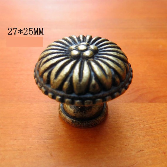Metal flower knobs ancient drawer pulls bureau box for Knobs for bureau