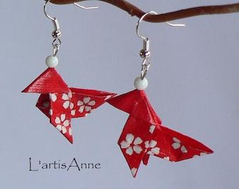 Boucles d'oreilles Origami Cocottes Rouges Petites Fleurs Blanches.