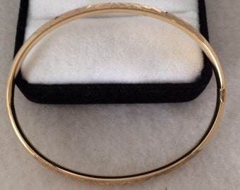 14K 585 Tubular Fine Gold Bangle Hinged Bracelet Diamond Cut Design Front & Back Beautiful Condition
