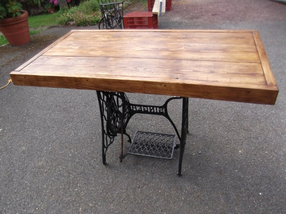 Rustic dining table with vintage singer sewing machine - Table machine a coudre singer ...
