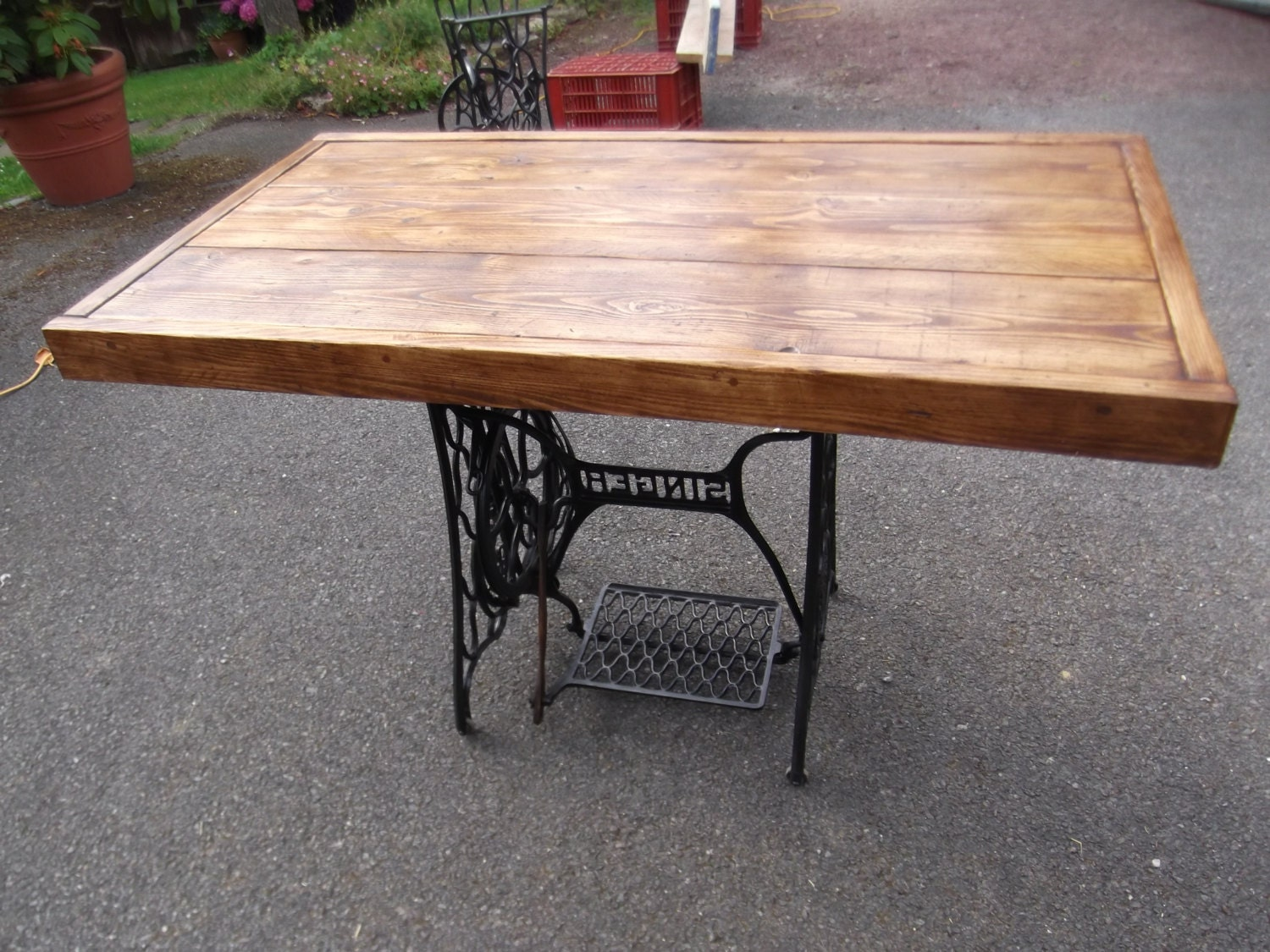 Rustic dining table with vintage singer sewing machine - Table machine a coudre ...