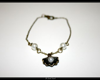 Bracelet shell and its pearl