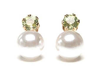 Solid 9ct Gold Pearl and Peridot Stud earrings S527