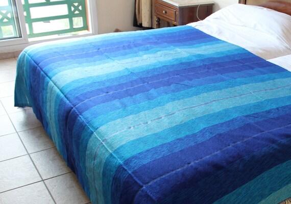 Couvre lit marocaine dans les tons de bleu utilis comme - Comment mettre le tour de lit ...
