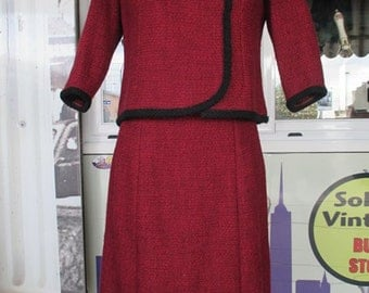 Tailleur anni 50 rosso rubino. Bouclè di lana, gonna e giacca/50s  ruby skirt suit/Taylored suit/Wool bouclè/Aside closure with trimming bow