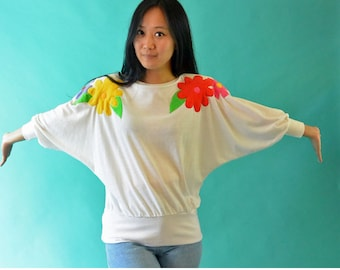 Vintage 80s Tee Shirt Top / White Knit Oversized Pullover Blouse / Applique Floral Daisy Blouse / Dolman Sleeve Pullover S / M