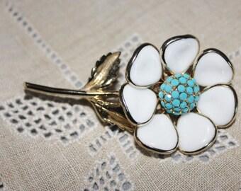 vintage glass white petaled daisy flower brooch