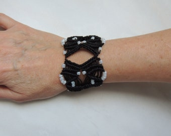Cuff bracelet in macrame black and white