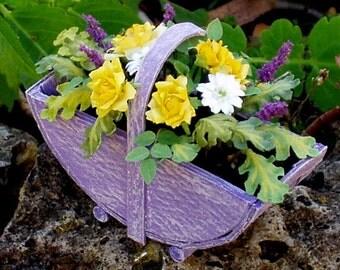 cesto con composizione di rose e gerbere in scala 1.12 interamente realizzato a mano con carta dipinta e cartoncino