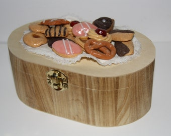 Wooden box decorated with cold porcelaine-made sweets