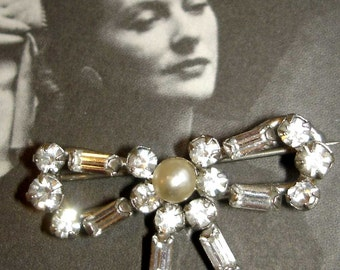 adorable vintage faux diamonds and pearl silver bow brooch