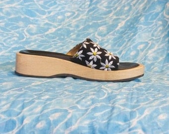 90s DAISY Wood Platforms / Chunky Sandals Slide Mules Black and White by Guess / Size us 5 eu 35 uk 3 au 4