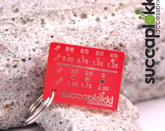 Micromitta keyring - Needle gauge (EUR/mm + US/Imperial), Red keycharm for measuring tiny knitting needles, made out of recycled plastic