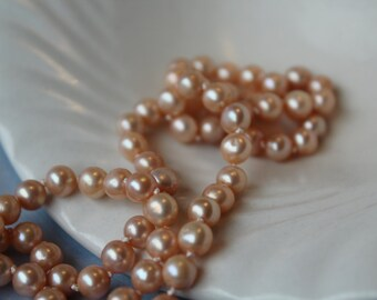 One meter hand knotted peach pearls necklace.( 100 cm / 39,3'' )