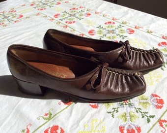Vintage 1960's Brown Leather Passports Pumps- 7S