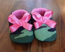 Baby Shoes for girls, toddler girls shoes, girls crib shoes, camo shoes, camoflauge booties with hot pink bow,  baby shower gift