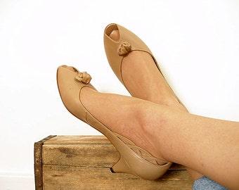 Vintage 1980s Medium Heels Camel Tan Peep Toe Leather Pumps Shoes / U.S. 8 8.5M