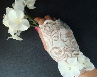 Bridal Wedding lace gloves / WHITE OR IVORY fingerless lace gloves / ivory wedding gloves / modern vintage gloves with flowers rhinestones