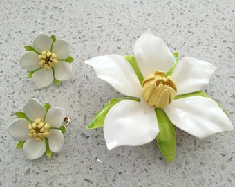 Vintage 1967 SARAH COVENTRY Polynesian White Yellow Enamel Flower Brooch and Earring Set (b)
