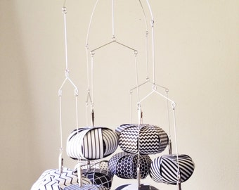 Black and White Sphere Mobile // Nursery Decor, Nursery Mobile, Modern Mobile, Crib Mobile
