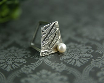 Geometrical ring made of sterling silver and freshwater pearl