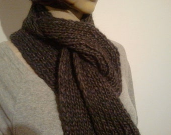 Narrow knitted scarf in grey violet