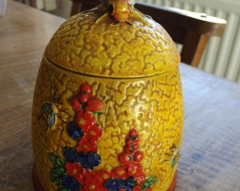 Charming honey pot which I believe to be 1940s or 1950s