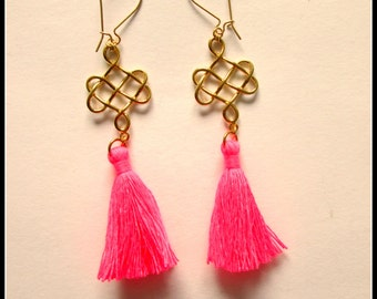 Knotted earring with tassel