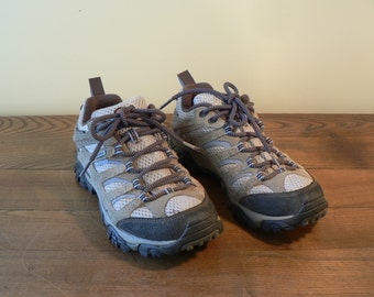 Merrell Hiking boots, womens size 7 water proof walking shoes, Leather hiking boots. lace up boots, Merrell hiking shoes