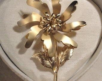 Vintage Goldtone full size flower brooch