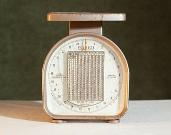 Vintage Metal PELOUZE Shabby Chic Industrial Decor Mail Scale 1970 Deluxe Y Line Model Y-25-1 25 lb -Works