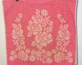 SALE was 8.00! Vintage Bath Towel VERY Pink roses and daisies Cannon all cotton. Made in USA. Reversible.