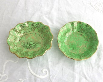 2 vintage green trinket dishes with 22 carat gold pattern of grapes and vines, scalloped edge, Midwinter, England, 1940s - 1950s
