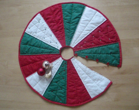 How to make a Christmas tree skirt from a tablecloth