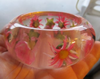 Beautiful Embedded Pink Daisies Chunky Resin Bangle