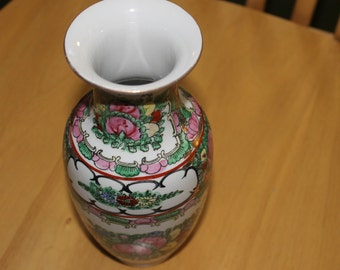 SALE    This is a Japanese porcelain Vase, Vintage and Beautiful