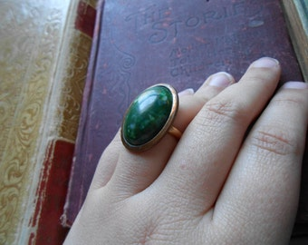 vintage green glass costume jewelry ring - witchy hippie boho green stone set in copper - adjustable gold filled band